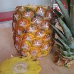 Découper le haut et le bas de l'ananas